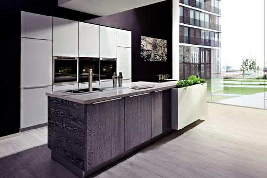 Die zentrale Kochinsel bildet den Mittelpunkt der Wohnküche.