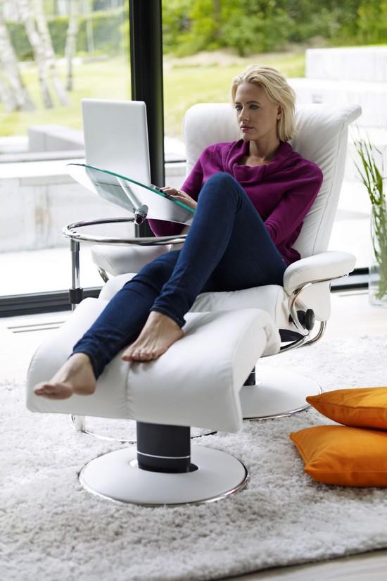 Die Einrichtungstrends 2014 bieten Flexibilität: So lässt sich der bequeme Sessel einfach in einen Heimarbeitsplatz verwandeln.