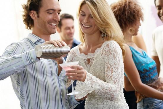Gute Laune, feine Gaumenfreuden und leckere Cocktails machen einen Abend mit Freunden zum perfekten Ereignis. Foto: djd/BSI/Image Source
