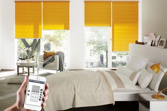 Elektrische Rollos lassen sich in jedem Raum installieren und leicht und flexibel bedienen. Foto: djd/erfal GmbH & Co. KG