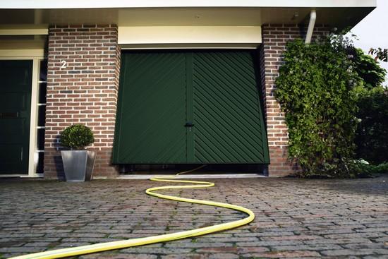 Anpassungsfähig: Mit den unterschiedlichsten Farben und Oberflächen findet sich für jedes Eigenheim ein optisch passendes Garagentor.