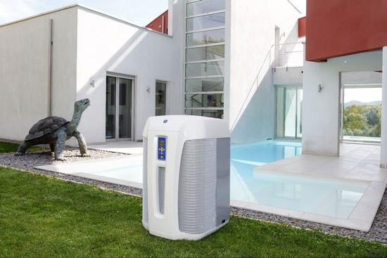 Wärmepumpen erwärmen das Wasser im Pool auf umweltfreundliche Art. Foto: djd/Zodiac Pool Deutschland GmbH
