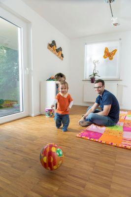Beste Raumluft für die ganze Familie: Das Parkettsystem ist lösemittelfrei. Foto: djd/PALLMANN/Parkettprofi
