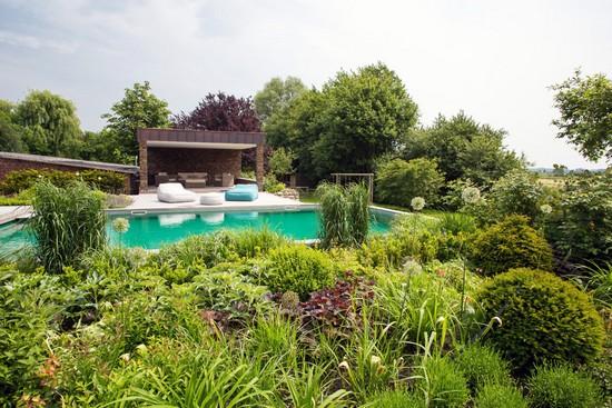 Ein Biopool lässt sich harmonisch in die Gartenplanung integrieren