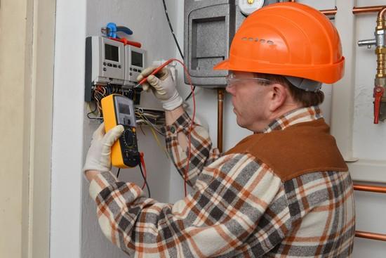 Ob die Hausinstallation noch dem aktuellen Bedarf entspricht und gut abgesichert ist,  kann der Elektroinstallateur feststellen. Foto: djd/DKI/Shutterstock