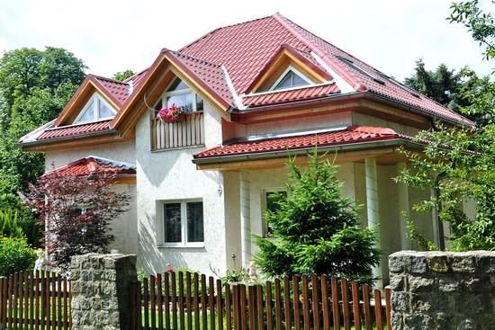 So gut wie jedes Haus lässt sich mit einem leichtgewichtigen  Metalldachsystem neu eindecken. Foto: djd/Luxmetall