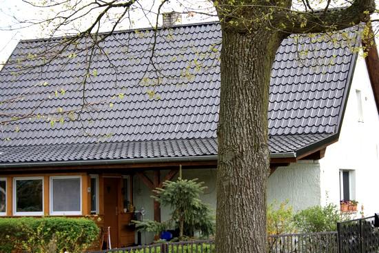 Metalldachsysteme mit klassischer Ziegeloptik bewähren sich bei Sturm und Hagel:  Sie können weder vom Dach wehen noch bei Hagel zerbrechen. Foto: djd/Luxmetall