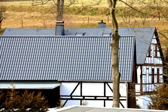 Metalldächer gibt es in verschiedenen Ausführungen, zum Beispiel  in ziegelförmiger oder in Schindeloptik. Foto: djd/Luxmetall