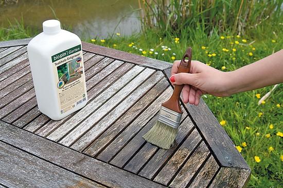 Mit der passenden Pflege können Heimwerker dem Holz im Garten den alten Glanz zurückgeben. Foto: djd/biopin