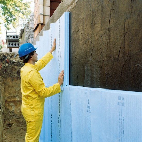 Wer neuralgische Punkte wie das Kellergeschoss oder das Dach dämmt, kann Heizkosten nachhaltig senken. Foto: djd/FPX Fachvereinigung
