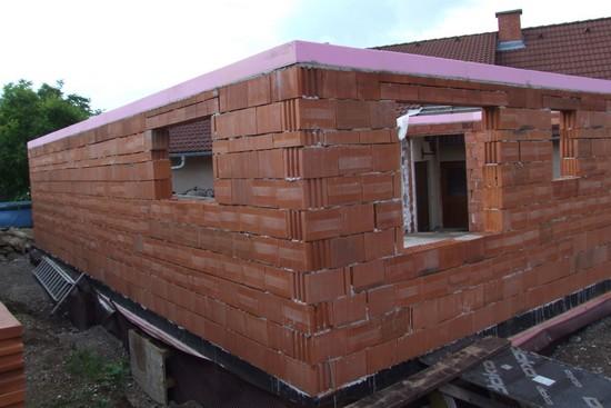 Beim Neubau gelten heutzutage strenge energetische Standards. In vielen ungedämmten  Altbauten hingegen wird weiter Energie vergeudet. Foto: djd/FPX Fachvereinigung