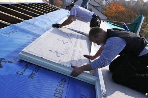Gerade nach oben durchs Dach kann Wärme aus dem Haus entweichen -  hier ist Dämmung daher besonders wichtig. Foto: djd/puren