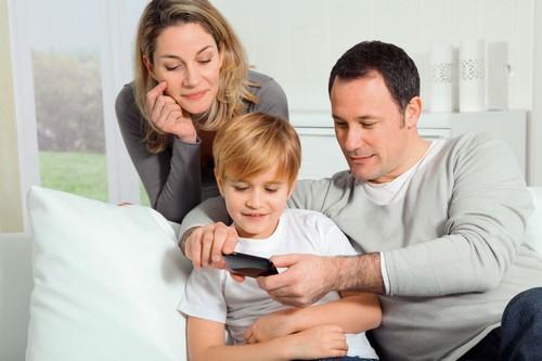 Heizen mit Holz kann heute einfach sein: Sogar eine Steuerung über PC und Smartphone ist möglich. Foto: djd/Fröling Heizkessel- und Behälterbau
