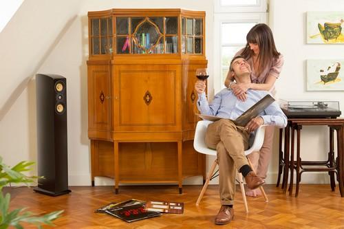 Erfahrene Antiquitätenhändler restaurieren alte Möbelstücke, wie den abgebildeten Art-déco-Vitrinenschrank (um 1915), fachgerecht und können darüber hinaus die Antiquität fachmännisch bewerten. So ist für Käufer garantiert, dass sie echten Vintage-Chic mit hoher Wertbeständigkeit erwerben. Foto: djd/www.britsch.com