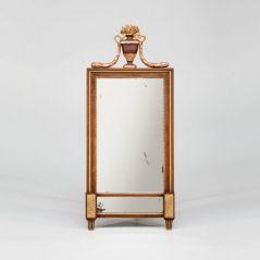 Original antik: ein Spiegel mit echt vergoldetem Rahmen aus dem Schloss Oberherrlingen. Foto: djd/www.britsch.com