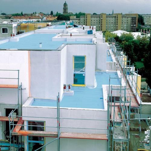 Ein Umkehrdach ermöglicht eine besonders effiziente Wärmedämmung des Flachdachs. Foto: djd/FPX Fachvereinigung