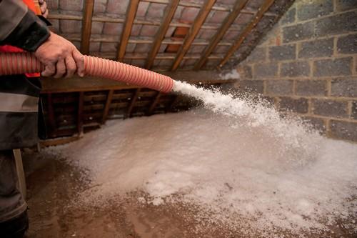 Auf die oberste Geschossdecke wird die Einblasdämmung offen aufgetragen -  eine sehr gute Lösung insbesondere für nicht genutzte Dachgeschosse. Foto: djd/Knauf Insulation GmbH