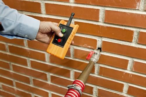 Mit Schläuchen und Düsen können Schüttdämmstoffe direkt in Hohlräume eingeblasen werden. Foto: djd/Knauf Insulation GmbH