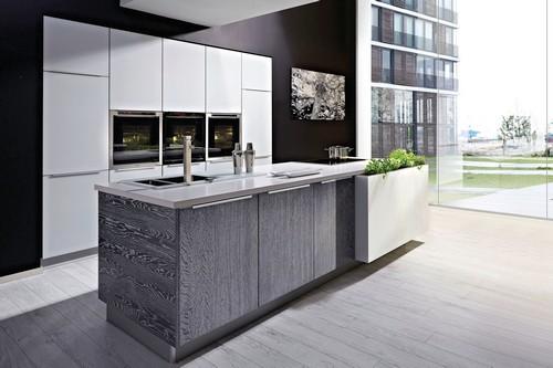 Wohnküchen sind meist mit einer zentralen Kochinsel ausgestattet. Foto: djd/TopaTeam