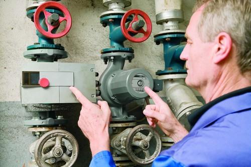 Ein Fachhandwerker überprüft die Heizungsanlage. Foto: djd/Intelligent heizen/VdZ