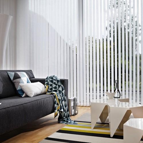 Lamellenvorhänge verhindern Einblicke in die eigenen vier Wände, lassen aber dennoch genügend Tageslicht in den Raum. Foto: djd/JalouCity Heimtextilien