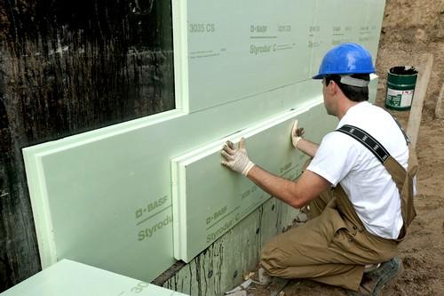 Schon mit einer energetischen Teilsanierung, etwa im Kellergeschoss, können Hausbesitzer bares Geld sparen. Foto: djd/FPX Fachvereinigung