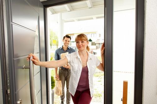 Geprüfter Einbruchschutz lohnt sich: So läuft man keine Gefahr, beim Nachhausekommen ungebetenen Gästen zu begegnen. Foto: djd/TELENOT ELECTRONIC GMBH