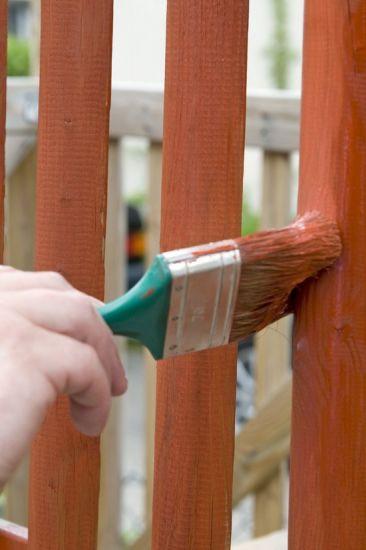 Mit speziellen Pflegeprodukten erhält Holz wieder einen frischen Look. Foto: djd/biopin