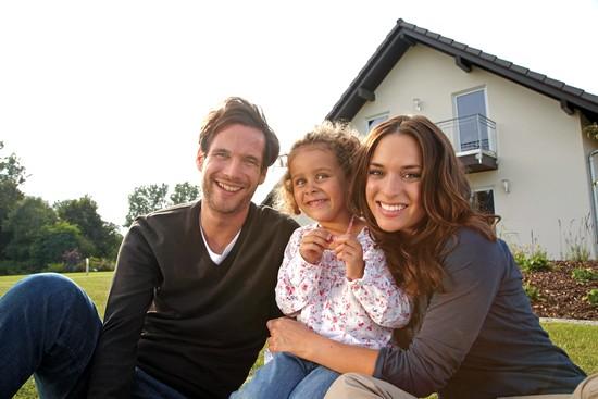 Damit sich die Bauherren in ihrem neuen Eigenheim rundum wohlfühlen, müssen vor allem  Bauqualität und die Größe des Hauses stimmen. Foto: djd/Fingerhaus