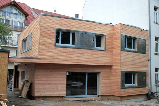 Durch ein besonderes Herstellungsverfahren sind Häuser aus Massiv-Holz-Mauer statisch mit  einem Steinhaus vergleichbar. Foto: djd/Massiv-Holz-Mauer/Architekten Franke Stenzel