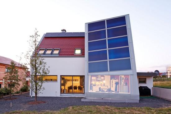 Ressourcenschonend: ein Haus aus dem Naturbaustoff Massiv-Holz-Mauer, das  selbst Strom erzeugt. Foto: djd/Massiv-Holz-Mauer/Herrmann Massivholzhaus