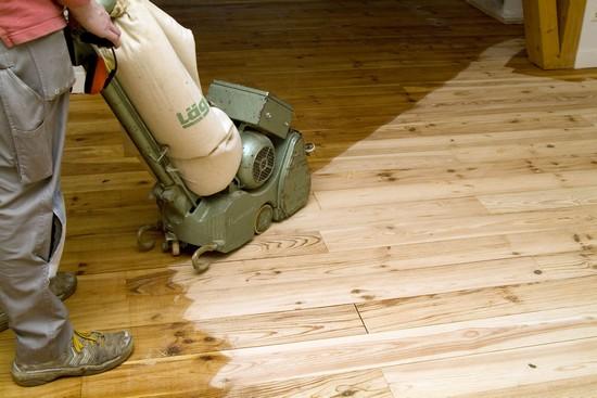 Betagte Dielenböden lassen sich auch vom Heimwerker wieder verschönern.  Passende Schleifgeräte gibt es in vielen Baumärkten zu leihen. Foto: djd/biopin