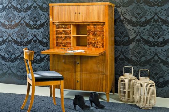 Biedermeier ist nicht bieder: Der Münchner Schreibschrank aus furniertem Nussbaum (um 1815) ist auch  heute noch attraktiv und mit jedem Einrichtungsgeschmack zu kombinieren. Foto: djd/www.britsch.com
