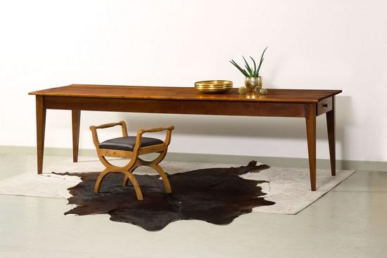 Edel und zeitlos schön: Der Tisch aus massivem Kirschbaum (Frankreich, um 1840) lässt  sich mit modernen Accessoires immer neu in Szene setzen. Foto: djd/www.britsch.com