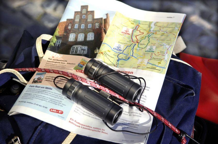 Vor dem Start seiner Rad- oder Wandertour kann man sich in der Tourist-Information am Marktplatz mit Übersichtskarten, GPX-Downloads und Beschreibungen der einzelnen Routen versorgen. (Foto: HLC/Tourist-Information Mölln)